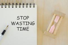 Concept d'affaires et de finances Vue supérieure du stylo et du carnet d'horloge de sable écrits avec l'arrêt perdant le temps illustration de vecteur