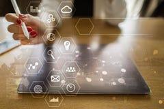 Concept d'affaires et de technologie Graphiques et icônes sur l'écran virtuel Photos stock