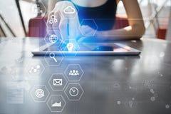 Concept d'affaires et de technologie Graphiques et icônes sur l'écran virtuel Photo libre de droits