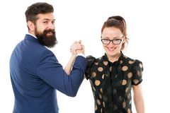 Concept d'affaires et de travail d'équipe Équipe intense Couplez l'homme de collègues avec la barbe et la jolie femme sur le fond photographie stock