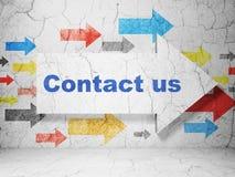 Concept d'affaires : flèche avec le contactez-nous sur le fond grunge de mur Image libre de droits