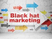 Concept d'affaires : flèche avec le marketing de chapeau noir sur le fond grunge de mur Image libre de droits