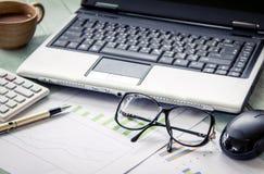 Concept d'affaires, fonctionnement, analysant, verres sur le fond de graphique Images stock
