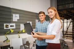 Concept d'affaires Gens d'affaires discutant les diagrammes et les graphiques donnant les résultats de leur travail d'équipe réus images stock