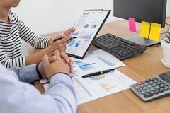 Concept d'affaires Gens d'affaires discutant les diagrammes et le grap image libre de droits