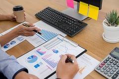 Concept d'affaires Gens d'affaires discutant les diagrammes et le grap photos libres de droits