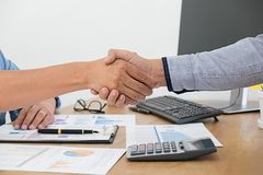 Concept d'affaires Gens d'affaires discutant les diagrammes et le grap images stock