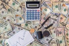 Concept d'affaires - graphiques de gestion avec la calculatrice et le dollar T Photo stock