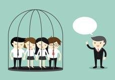 Concept d'affaires, groupe de gens d'affaires en prison tandis qu'extérieur debout de patron et parler Photographie stock
