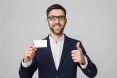 Concept d'affaires - homme bel d'affaires de portrait montrant la carte nominative avec le visage sûr de sourire et le coup  Fond Image stock