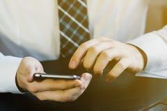 Concept d'affaires, homme d'affaires travaillant à l'espace de travail avec le fond de smartphone Image stock