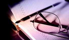 Concept d'affaires, livre callendar, stylo et verres photos stock