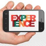 Concept d'affaires : Main tenant Smartphone avec l'expérience sur l'affichage Photos stock