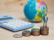 Concept d'affaires petits chiffres d'homme d'affaires se tenant sur le calcula Photographie stock