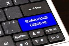 Concept d'affaires - réadaptation bleue conseillant le bouton sur mince Image stock