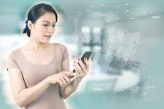 Concept d'affaires Smartphone d'écran tactile de femme d'affaires de l'Asie Photos stock