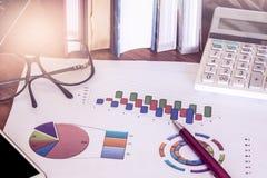 Concept d'affaires, stylo avec l'outil de travail sur le fond de graphique Photos stock