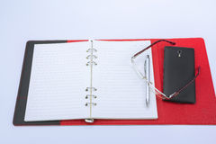 Concept d'affaires Stylo, carnet, calculatrice et verres Image libre de droits