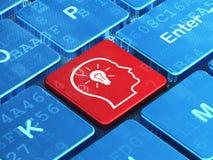 Concept d'affaires : Tête avec l'ampoule sur l'ordinateur Images stock