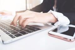 Concept d'affaires, travail d'homme de businees sur le bureau, ordinateur portable, ?critures photographie stock libre de droits