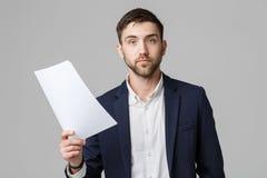 Concept d'affaires - travail sérieux beau d'homme d'affaires de portrait avec le rapport annuel  Fond blanc d'isolement Copiez l' photographie stock