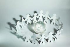 Concept d'affaires une grande équipe d'hommes de papier se tenant autour du Image libre de droits