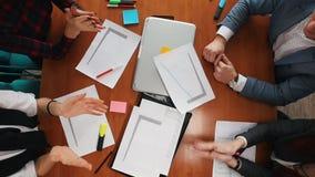 Concept d'affaires Une jeune équipe travaillante battant leurs mains banque de vidéos