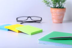 Concept d'affaires Vue supérieure du carnet de notes à spirale, des verres et du stylo de papier d'emballage d'isolement sur le f Images libres de droits
