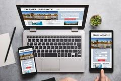 Concept d'agence de voyages sur l'écran d'ordinateur portable, de comprimé et de smartphone photographie stock
