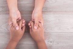 Concept d'aide et de soutien : La femme tient ses mains de jeunes garçons sur b image libre de droits
