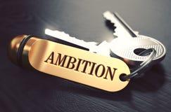 Concept d'ambition Clés avec le porte-clés d'or Photographie stock