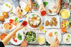 Concept d'ami de célébration de plat principal de Pâques de ressort Photographie stock libre de droits