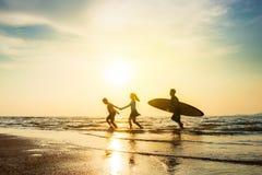 Concept d'amitié d'activité de sport en plein air : Silhouette des personnes Photographie stock libre de droits