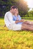 Concept d'amitié : Couples caucasiens heureux ayant le grand pouvoir adiathermique de temps Images libres de droits