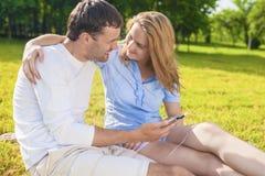 Concept d'amitié : Couples caucasiens heureux ayant le grand pouvoir adiathermique de temps Photos stock