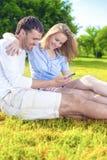 Concept d'amitié : Couples caucasiens heureux ayant le grand pouvoir adiathermique de temps Photographie stock libre de droits
