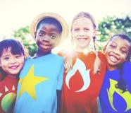 Concept d'amitié d'enfance d'enfant d'enfants de super héros Photographie stock