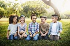 Concept d'amitié d'unité de bonheur espiègle d'amusement d'enfants rétro Photos stock
