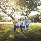 Concept d'amitié d'unité de bonheur espiègle d'amusement d'enfants rétro Photo stock