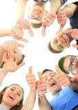 Concept d'amitié, de jeunesse et de personnes - groupe d'adolescents de sourire avec des mains sur le dessus Image libre de droits