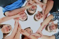 Concept d'amitié, de jeunesse et de personnes - groupe d'adolescents de sourire avec des mains sur l'un l'autre Photo stock