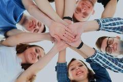 Concept d'amitié, de jeunesse et de personnes - groupe d'adolescents de sourire avec des mains sur l'un l'autre Images stock