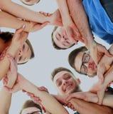 Concept d'amitié, de jeunesse et de personnes - groupe d'adolescents de sourire avec des mains sur l'un l'autre Image stock