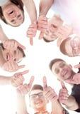 Concept d'amitié, de jeunesse et de personnes - groupe d'adolescents de sourire avec des mains sur le dessus Photographie stock libre de droits