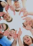 Concept d'amitié, de jeunesse et de personnes - groupe d'adolescents de sourire avec des mains sur le dessus Photo stock