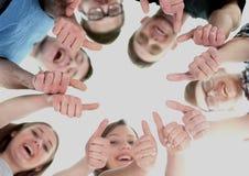 Concept d'amitié, de jeunesse et de personnes - groupe d'adolescents de sourire avec des mains sur le dessus Images stock