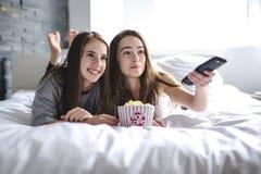 Concept d'amitié, de personnes, de partie de pyjama, de divertissement et de nourriture industrielle Photographie stock libre de droits