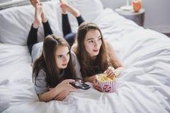 Concept d'amitié, de personnes, de partie de pyjama, de divertissement et de nourriture industrielle Photo libre de droits