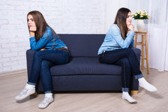 Concept d'amitié - deux filles tristes après querelle Photographie stock