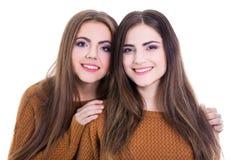 Concept d'amitié - portrait de deux filles d'isolement sur le blanc Images libres de droits